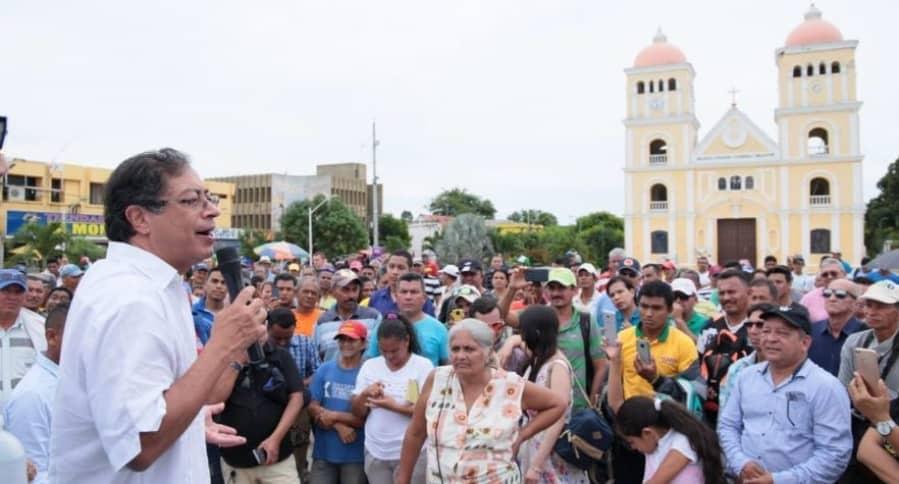 En medio de una manifestación pública fue agredido el dirigente político de la Colombia Humana, Gustavo Petro, por una furiosa mujer en el Carmen de Bolívar
