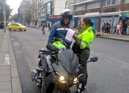 Doble sanción, joven multado por comprar empanada y salir en su moto en pico y placa