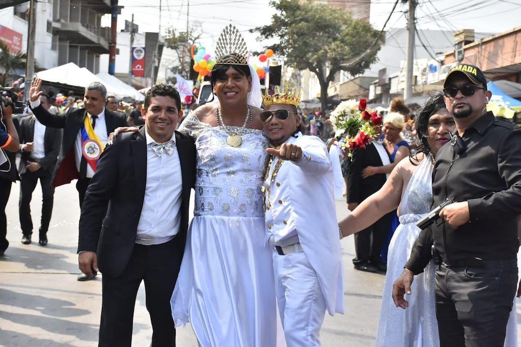 El día de ayer Curramba la Bella dio inicio a la fiesta más grande de Colombia, el Carnaval de Barranquilla, una festividad que por muchos años ha traído alegría al pueblo barranquillero y a todos sus visitantes, como también un movimiento increíble de la economía local. Los asistentes a la Batalla de Flores vieron desfilar a cientos de disfraces, pero uno en común se llevó todas las miras, sin duda alguna el de Mr Black fue el campeón