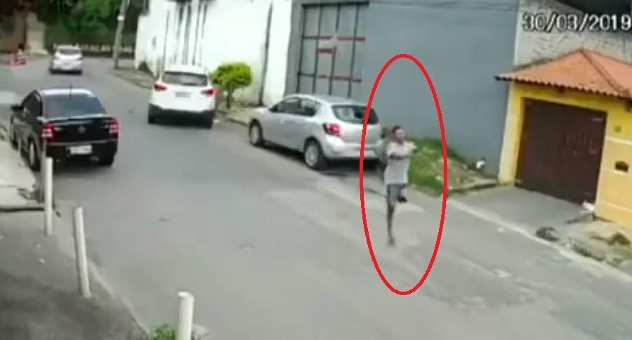 Gracias a una cámara de seguridad se pudo conocer todo lo que el hombre hacía para poder robarle las cosas a las personas que pasaban por la zona en donde se ubicaba junto con un cómplice, en el video se ve como el mocho amenaza con una pistola a un hombre que venía subiendo en su carro por la calle, una de pierna