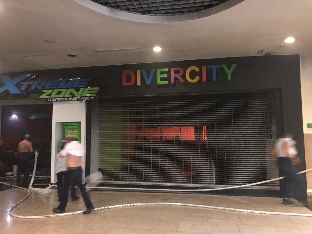 Día de ayer en hora de la noche se presentó un voraz incendio en el Centro Comercial Buenavista, ubicado en la Calle 98 con carrera 52 al norte de Barranquilla, hasta el momento se desconoce el foco exacto en donde se inició la conflagración que se cree que comenzó en el cuarto piso muy cerca al local donde funciona Divercity.