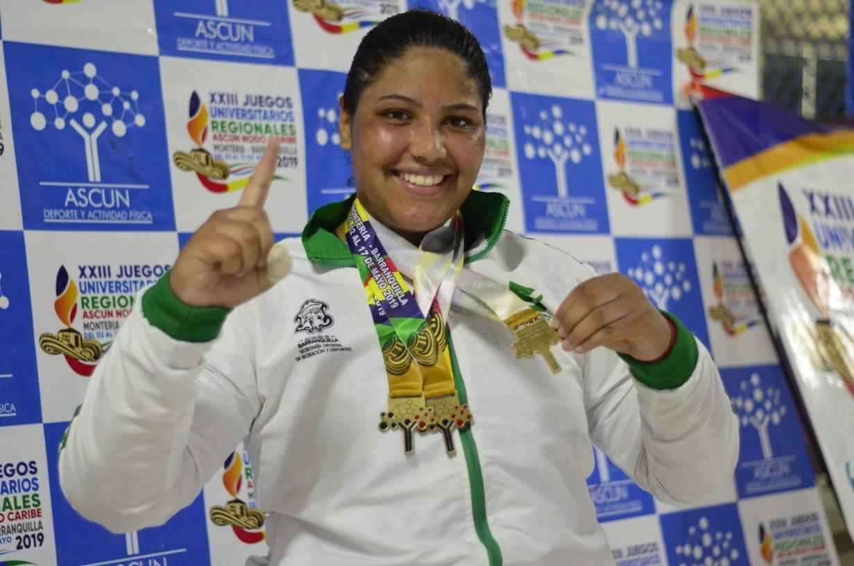 El Team Barranquilla, programa apoyado por la Alcaldía Distrital, sigue sumando nombres a la racha ganadora. En el coliseo de la Universidad del Atlántico, la pesista María Fernanda García se colgó tres medallas de oro en los XXIII Juegos Regionales ASCÚN.