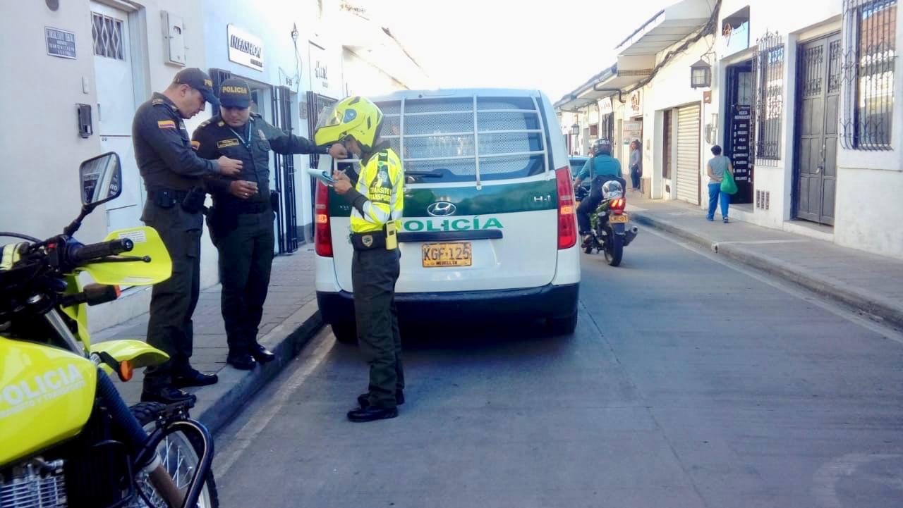 Un agente de Policía fue multado por parquear mal su patrulla en Popayán.El uniformado fue sancionado por Transito y Transporte con una multa de 400.000 pesos