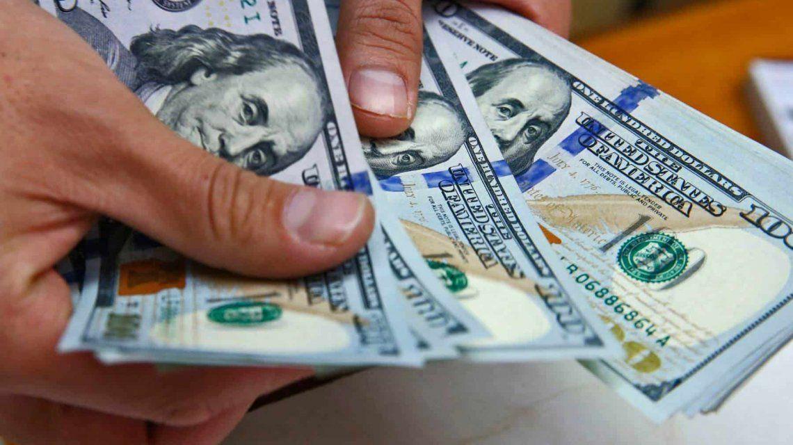 El profesor Steve Hanke indica en una de sus columnas que el peso colombiano, y la mayoría de monedas de latinoamérica, son débiles, fluctúan mucho. Por ello, según él, Colombia debería sumarse a la lista de países que dejaron su moneda oficial y se pasaron a los dólares, argumenta que hay varios motivos para hacerlo, el primero: la pérdida del valor de la moneda, desde el 2014 el peso colombiano se ha devaluado en un 45% y solo en este año ya perdió el 20% de su valor.