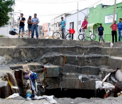 Captado en cámaras, se evidenció la obstrucción del Arroyo Hospital que se encuentra en proceso de canalización. Gracias a las basuras, los barrios Chiquinquirá y San Roque se ven afectados a causa de los residuos sólidos que trae la lluvia en estos días en Barranquilla.