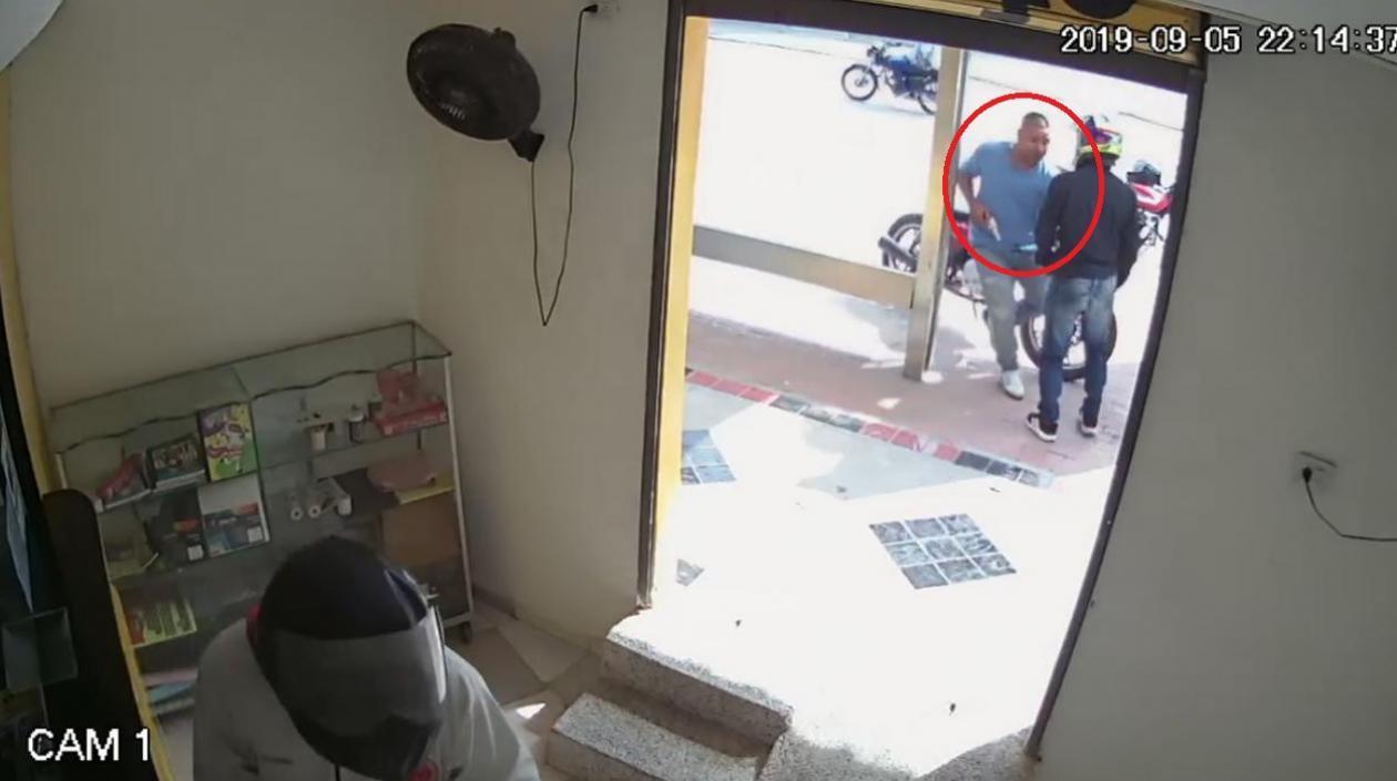 El día de ayer se conoció el caso de un hombre que acababa de retirar un giro de 4 millones 600 mil pesos en las instalaciones de un Efecty ubicado en el barrio Las Margaritas de Soledad, al momento de salir de la entidad financiera, el joven fue sorprendido y atracado por dos hombres que se movilizaban en una moto