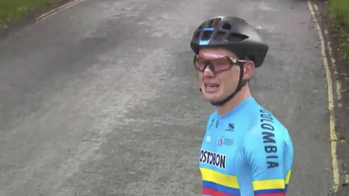 En las imágenes se puede observar la impotencia que sufre el ciclista colombiano, Germán Darío Gómez, quien participaba en el Mundial Júnior de Ciclismo, debido a un percance que sufrió con su bicicleta en una de las etapas de la competición que se lleva a cabo en Yorkshire (Gran Bretaña)