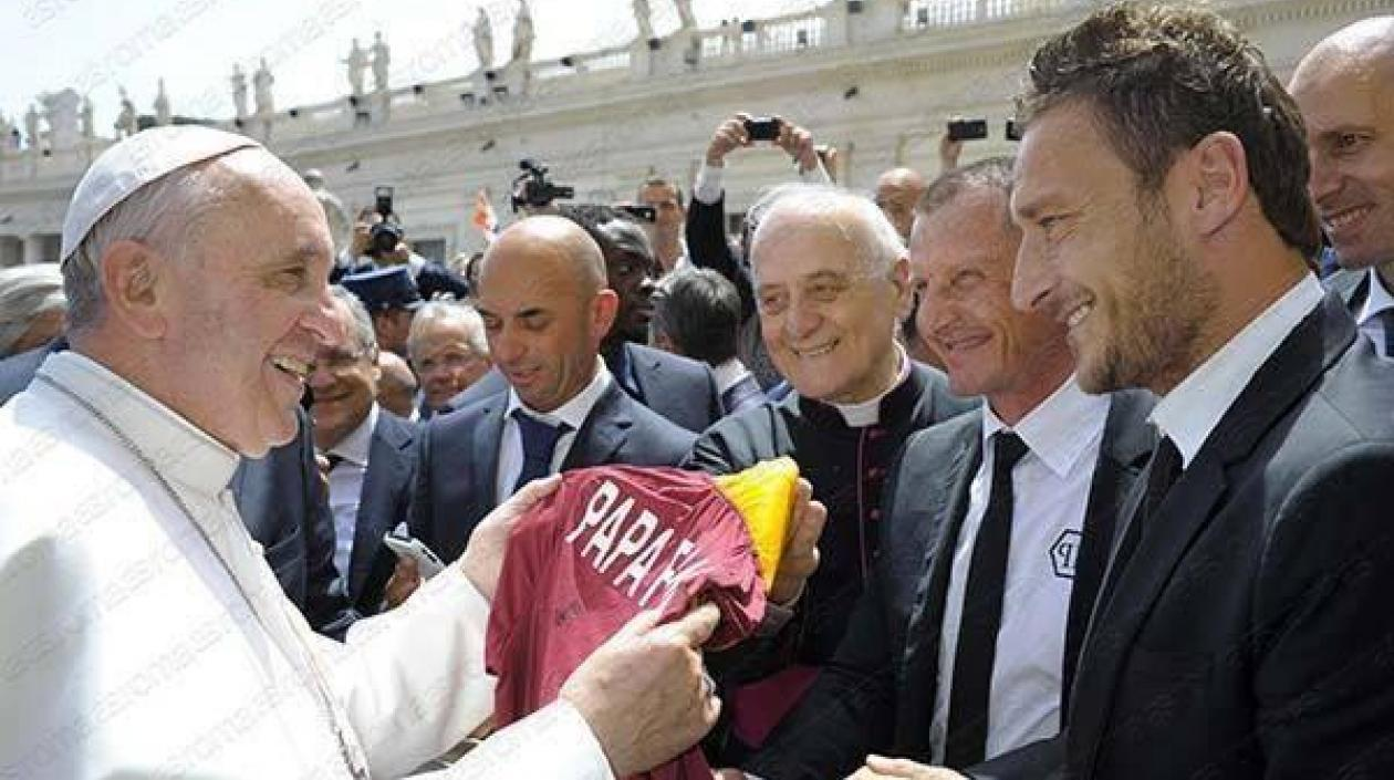 El Papa Francisco subastará los regalos de algunos deportistas como el campeón del ciclismo Peter Sagan o el futbolista Francesco Totti para recaudar fondos en favor de los hospitales del norte de Italia, los más afectados por la pandemia