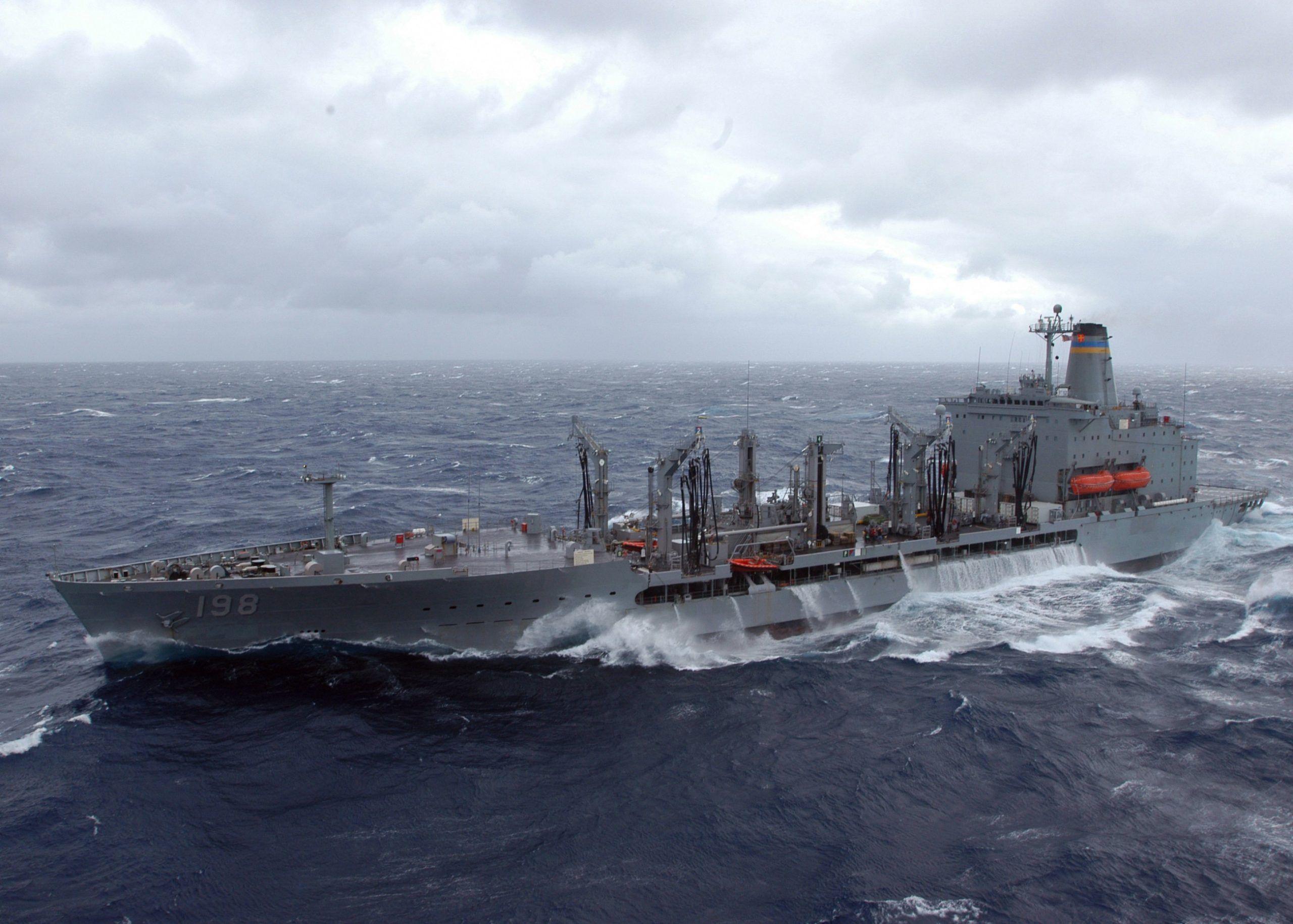Un enorme barco de bandera japonesa desapareció en las últimas horas en alta mar, cuando solamente le faltaba muy poco para llegar a su destino, al interior de la embarcación se encontraban 43 personas y una carga de seis mil vacas. Minutos antes del incidente, la tripulación emitió un pedido de ayuda en medio de un tifón.