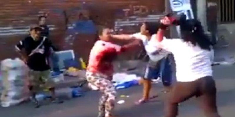La muñequera de mujeres a gran escala en plena calle de Barranquilla