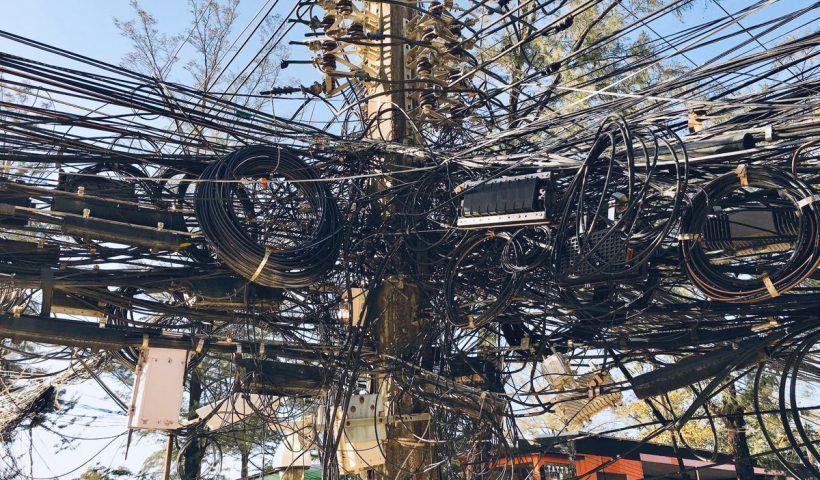 El centro de Barranquilla y el tradicional barrio de El Prado en el norte de la ciudad son dos de los tres puntos de la calle altamente saturados y próximamente serán intervenidos para desmantelar estas redes, que en su mayoría corresponden a líneas de comunicaciones abandonadas.