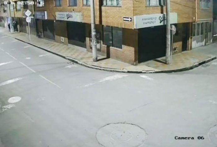 """¡Algo difícil de creer! En un video se observa cómo dos hombres son atacados por otros ladrones en moto después de """"rondear"""" en las casas."""