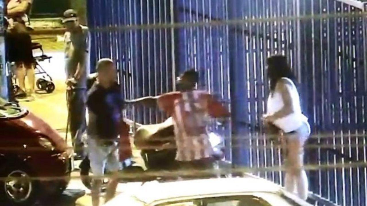 Las redes sociales dieron a conocer un video de una mujer de aproximadamente 27 años, la cual fue detenida por el esposo y unos vecinos, cuando se encontraba en una tienda de la ciudad de Cartagena, la fémina fue identificada como María del Carmen Gonzáles.
