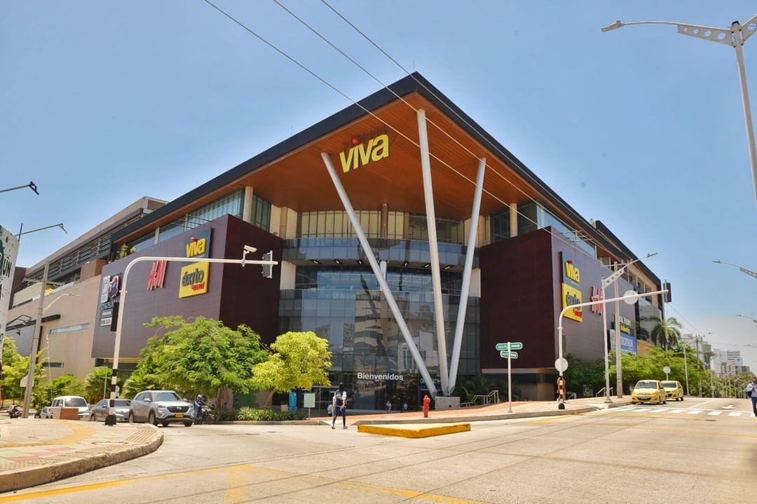 El día de ayer en horas de la noche un hombre de aproximadamente 22 años de edad cayó al vacío desde el tercer piso del centro comercial Viva, al norte de Barranquilla