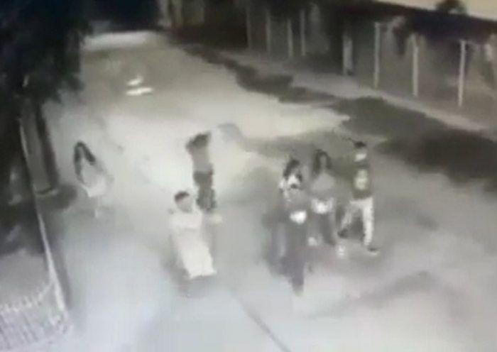 Hace pocas horas se dio a conocer un video registrado por una cámara de seguridad en donde se puede ver a los jóvenes que perdieron la vida cuando iban caminando sobre la Troncal del Caribe