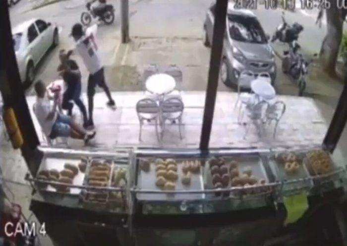 Los dos rateros llegaron en una moto a robar a los clientes y fueron asesinados por una de las víctimas del robo.
